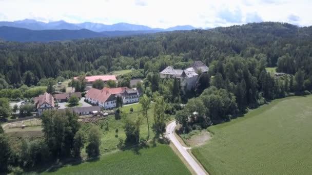 Veduta aerea del castello medievale, Carinzia, Austria. Montagne orizzonte