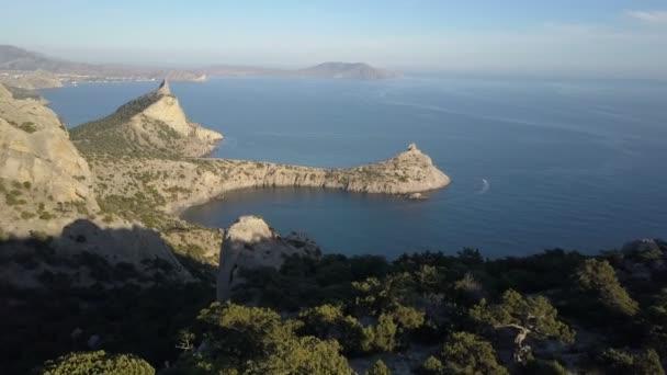 Letecký snímek ohromujících hor a skal na pláži. Karaul-oba hora v Krymu.