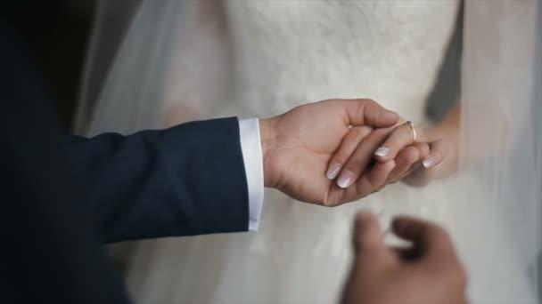 Lo sposo mette lanello nuziale al dito della sposa. mani di matrimonio con gli anelli. La sposa e lo sposo scambio di fedi nuziali.