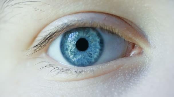 Makro snímek zblízka ženské lidské oko