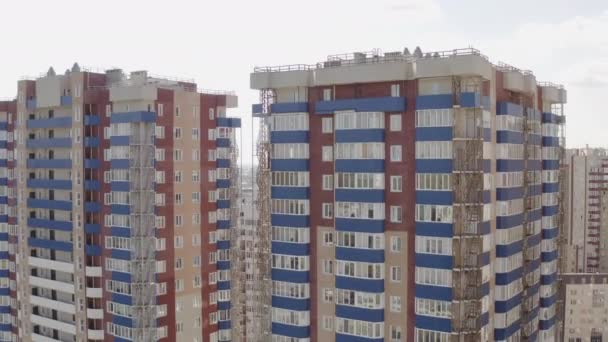 Letecký pohled na obytné vícepodlažní budovy ve městě. Kamera létá po fasádách domů v Charkově, Ukrajina.