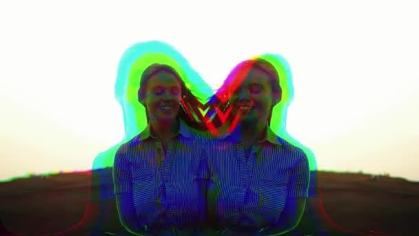 Sokszínű lány digitális effektekkel a fény interferencia és a hullámok, törött TV. Pixel hiba művészeti hatás. Retro futurizmus 80 90 dinamikus stílus. Videojel károsodás régi képernyő zaj interferencia