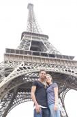 Fotografie Krásné šťastné milující pár interracial lodě poblíž Eiffelova věž v Paříži