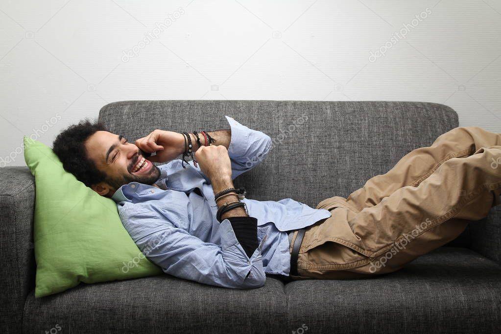 частные фото мужчина лежит на диване маленькой