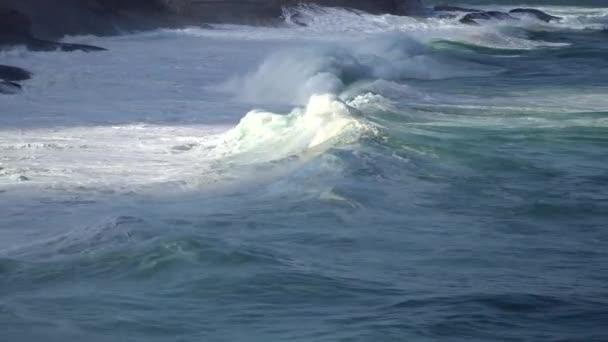 Velké burácení vln v oceánu