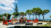 Outdoor-Abenteuerspielplatz für Kinder mit Blick auf den schönen Gardasee in Lombardei Italien