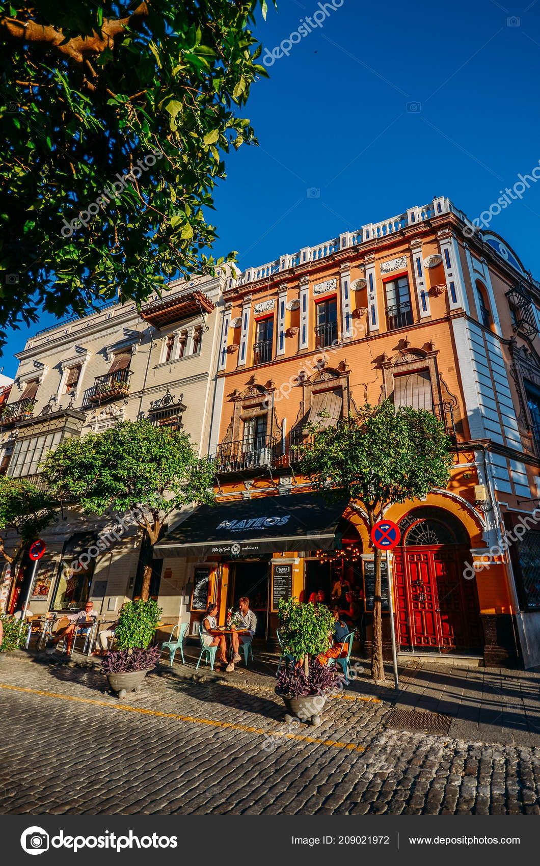 Empedrado Calle Con Terrazas De Restaurante En El Centro