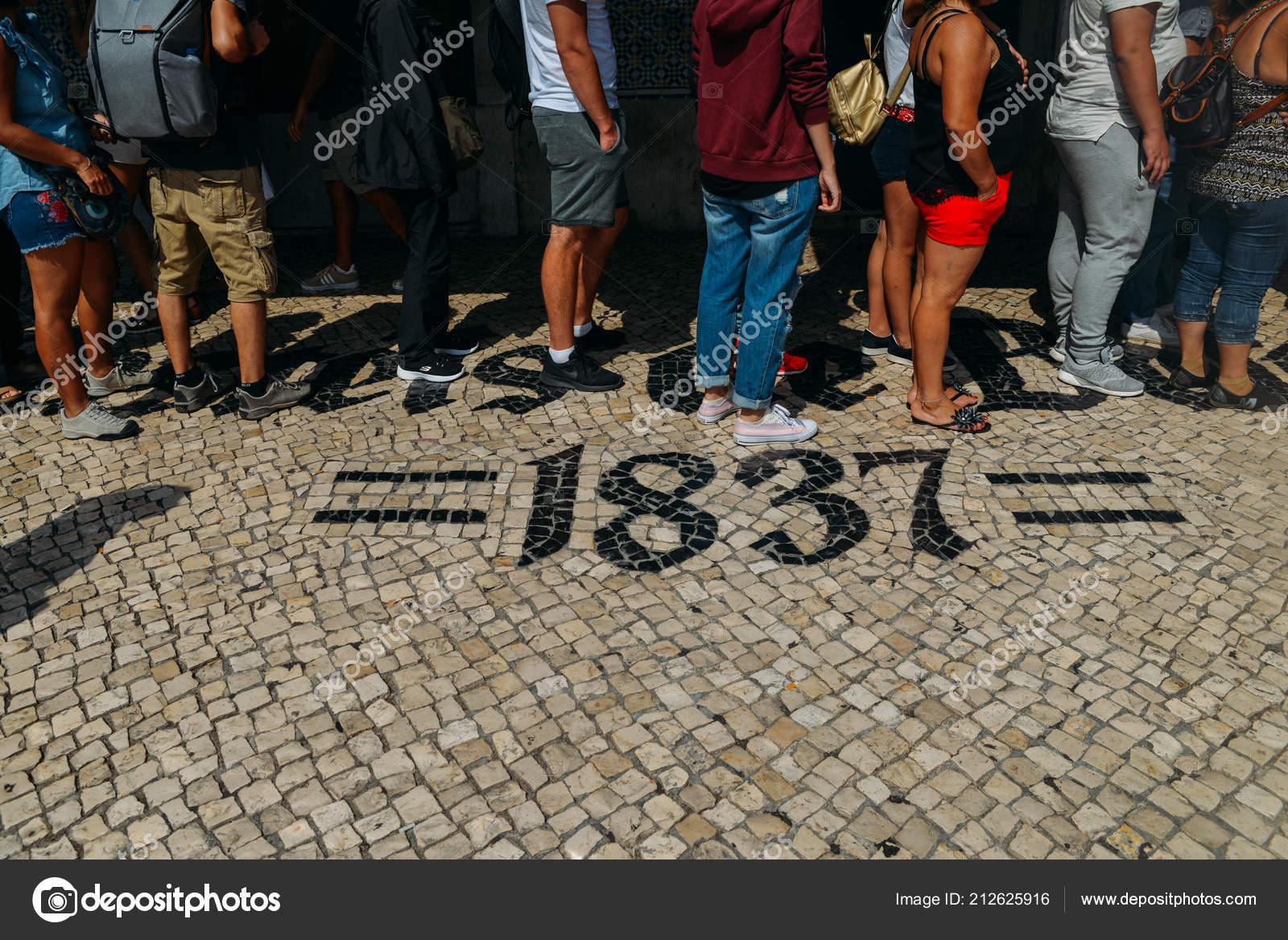 File d\u0027attente de personnes en face de la boulangerie Pasteis de Belém à  Lisbonne, Portugal, qui est le berceau de 1837 de ce dessert pâtisserie  portugaise
