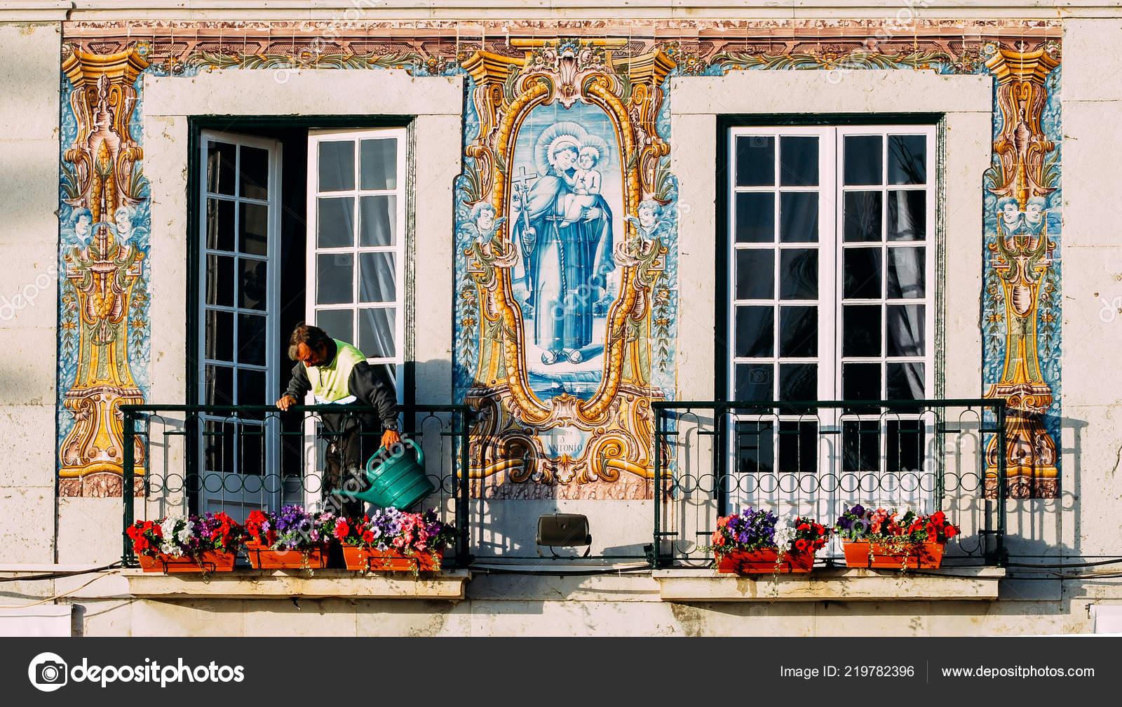 Un uomo acque piante sul balcone del municipio di cascais decorato