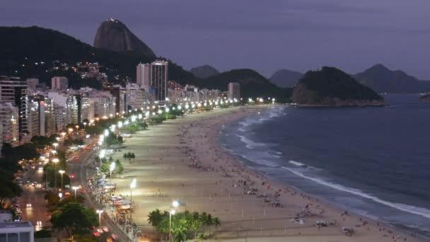 Zeit Ablauf der Nacht Verkehr am Copacabana-Strand, gesehen von oben, Rio De Janeiro, Brasilien