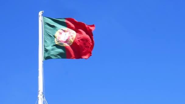 Izolátum zászlaja Portugália egy zászlórúd csapkodott a szél-lassú mozgás