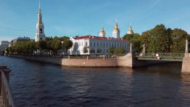 Saint-Petrohrad, Rusko-circa srpen 2019. Zvonice katedrály svaté Mikuláše Epiphany za slunečného dne.