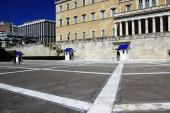 Griechenland, Athen, 16. Juni 2020 - Einer der touristischsten Orte in Athen - das Grab des unbekannten Soldaten mit den Präsidentengarden - ist leer von Besuchern. Der Tourismus ist von allen wichtigen Wirtschaftssektoren am stärksten vom Coronavirus (COVI) betroffen.