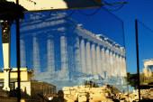 Griechenland, Athen, 16. Juni 2020 - Nach einer langen Liste neuer Sicherheitsvorschriften aufgrund des Ausbruchs des Coronavirus wurden Plexiglasabscheider in der Propylaia der Akropolis installiert. Der Tourismus ist von allen wichtigen Wirtschaftssektoren am stärksten von der Covid-19 betroffen.