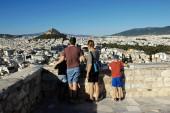 Griechenland, Athen, 16. Juni 2020 - Die ersten deutschen Touristen besuchen den Akropolis-Hügel nach der Öffnung Griechenlands für ausländische Touristen am 15. Juni. Der Tourismus ist von allen wichtigen Wirtschaftssektoren am stärksten vom Coronavirus (Covid-19) betroffen.).