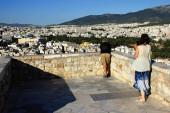 Griechenland, Athen, 16. Juni 2020 - Aussichtspunkt auf dem Akropolis-Hügel, fast leer von Besuchern. Der Tourismus ist von allen wichtigen Wirtschaftssektoren am stärksten vom Coronavirus (Covid-19) betroffen.).