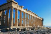Griechenland, Athen, 16. Juni 2020 - Blick auf die archäologische Stätte auf dem Akropolis-Hügel, fast menschenleer. Parthenon-Tempel im Hintergrund. Der Tourismus ist von allen wichtigen Wirtschaftssektoren am stärksten vom Coronavirus (Covid-19) betroffen.).
