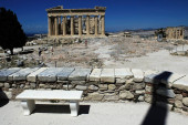 Griechenland, Athen, 18. Juni 2020 - Blick auf die fast menschenleere Ausgrabungsstätte der Akropolis. Der Tourismus ist von allen wichtigen Wirtschaftssektoren am stärksten von der Covid-19-Pandemie betroffen, und das trotz der niedrigen Coronavirus-Rate und einer langen Liste