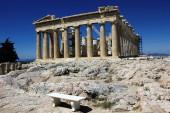 Griechenland, Athen, 18. Juni 2020 - Blick auf die archäologische Stätte der Akropolis mit dem Parthenon-Tempel im Hintergrund. Der Tourismus ist von allen wichtigen Wirtschaftssektoren am stärksten von der Covid-19-Pandemie betroffen.