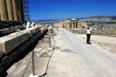 Griechenland, Athen, 18. Juni 2020 - Die archäologische Stätte der Akropolis, leer von Besuchern. Blick vom Parthenon-Tempel auf Propylaia. Der Tourismus ist von allen wichtigen Wirtschaftssektoren am stärksten von der Covid-19-Pandemie betroffen, und das trotz der niedrigen Korona