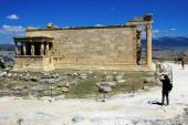 Griechenland, Athen, 18. Juni 2020 - Blick auf die archäologische Stätte der Akropolis, die von Besuchern leer ist, mit dem Erechtheio-Tempel im Hintergrund. Der Tourismus ist von allen wichtigen Wirtschaftssektoren am stärksten von der Covid-19-Pandemie betroffen.