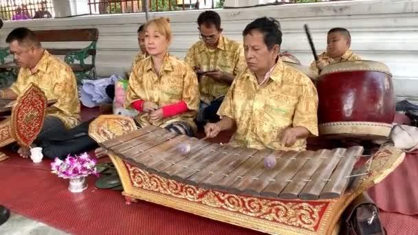 Bangkok Thaiföld - január 1.: Zenész játszik fa Alto xilofon (Ranat), thaiföldi hagyomány hangszer a január 1, 2019-Bangkok, Thaiföld.