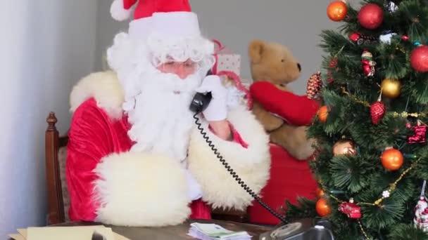 bohatý Santa Claus s bílými vousy počítá papírové bankovky, peníze, vánoční koncept, čekání na dárky, novoroční oslavy, obchod a prodej