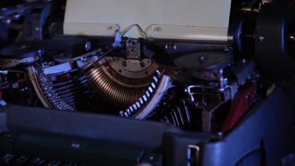 starý psací stroj na stole, telefon, detektivní koncept, psací potřeby, modré podsvícení