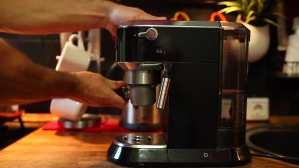 a kávé az engedélyes beillesztése a kávéfőző