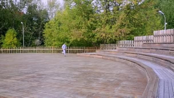 Muž běží po schodech v parku. muž běhání po schodech v parku
