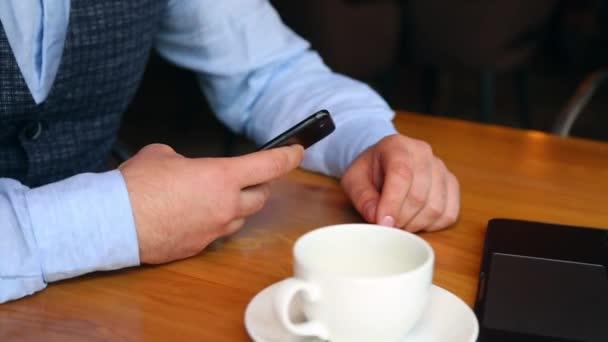 Pincér egy étteremben bill hozza a táblázat az ember. Az ember így fizetés Nfc technológia keresztül mozgatható telefon-ban kávézó.
