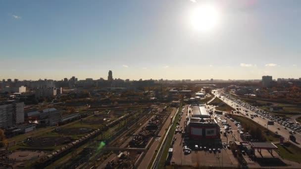 Městská krajina a území továrny, produkce. Logistické centrum v průmyslové město zóny shora