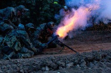 Ordusu askerlerinin askeri operasyon sırasında. savaş, ordu, teknoloji ve insan kavramı