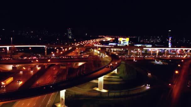4 k. letecký pohled od silnice silnice střídat s rušné městské dopravě povolenou rychlost na silnici v noci. Spojovací síť dopravy