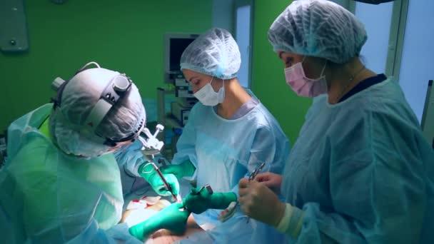 Chirurgen und OP-Team sind Schönheitsoperationen auf Brüste im Krankenhaus-OP durchführen. Brustvergrößerung. Mammoplastik. Brust-Vergrößerung. Chirurgie-detail.