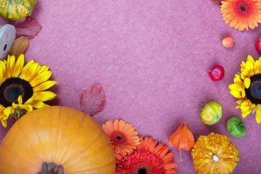 """Картина, постер, плакат, фотообои """"вид сверху подарочной коробки ручной работы, желтые и оранжевые цветы и кеды на розовом фоне. открытка для творческого дизайна. плоская постель """", артикул 243014318"""