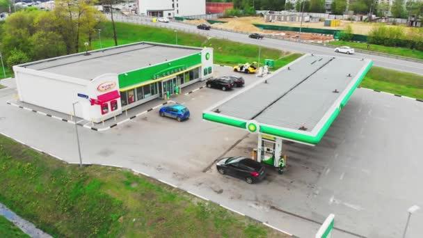 Moskva-květen 06, 2019 čerpací stanice v Moskvě, BP benzinka, Střelba shora, 4k, léto.
