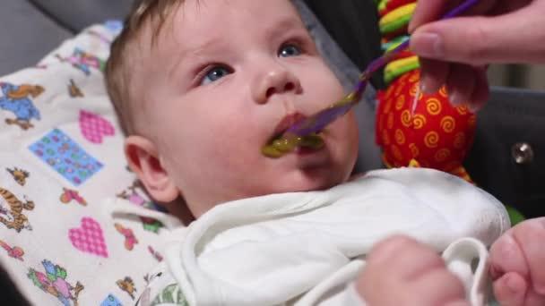 la primer comida del bebe