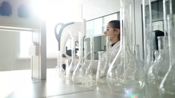 Frau mit mikroskop für medizinische test im labor u stockvideo