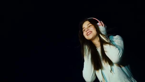 Dospívající dívka tančí poslouchat hudbu se sluchátky