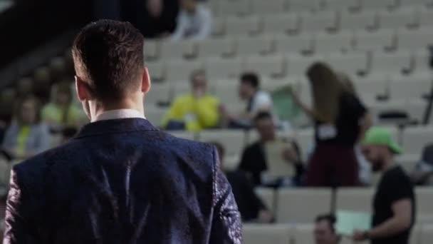 Érzelmi intett beszélő személy élvezheti üzleti oktatás konferencia