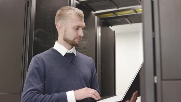 Správce řízení zadáváním serverových stojanů na laptopu zblízka