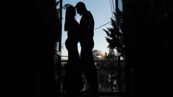 Leidenschaft Liebe, Intimität Wunsch der Umarmung sexy Paar auf Restaurant Balkon Date
