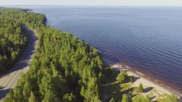 Letecký scénické boční letu nad silnice a lesní jezero