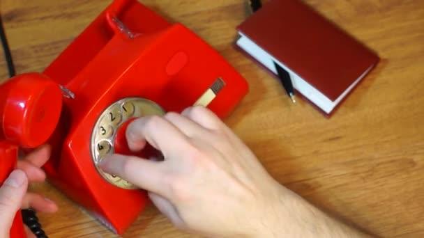 Vytáčení telefonního čísla na vinobraní telefonu