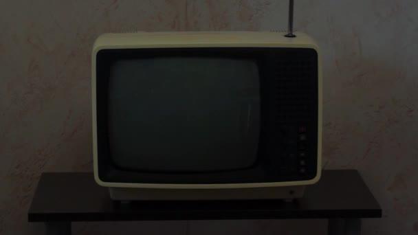 Retro Szovjet hordozható analóg TV kis asztalon alkonyatkor