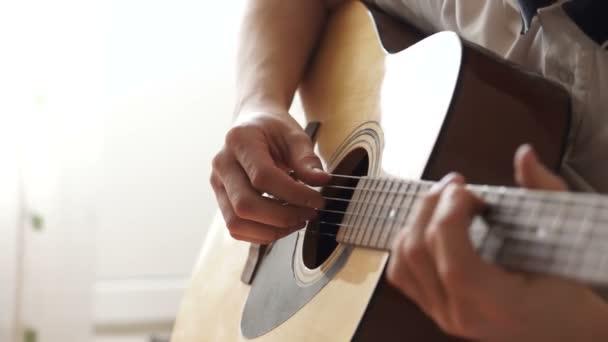 Pánská dotknu struny na kytaru