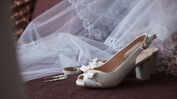 Závoj, náušnice a boty nevěsty
