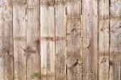 hnědý dřevěný plot pozadí se zelenými listy