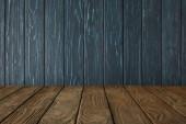 Fotografia marrone a strisce da tavolo e scuri in legno parete blu